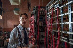 Benedict Cumberbatch als Alan Turing bij zijn machine om Enigma te kraken.