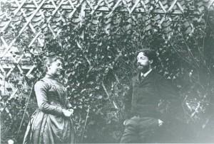 Mariette Hannon als gastvrouw met familievriend James Ensor in de tuin van het gezin.