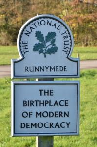 Runnymede, de site waar de Magna Carta door koning Jan zonder Land werd bezegeld, staat ter plaatse bekend als 'de geboorteplaats van de moderne democratie'.