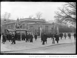 Volksvertegenwoordigers en een rij wachtenden voor de ingang van het Palais Bourbon op 19 januari 1922 (Bibliothèque nationale de France).