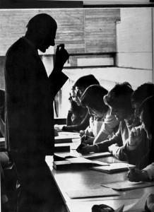 P.C. Paardekooper tijdens een college Nederlandse taalkunde aan Kulak in het midden van de jaren 1970. Foto door Filip Tas, gepubliceerd in het jubileumboek naar aanleiding van het tweede lustrum van Kulak (1975).