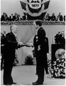 Prigogine neemt de Nobelprijs in ontvangst.