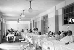 Zaal voor geïnterneerden in het Etablissement voor Sociaal Verweer in Bergen, een van de penitentiair-psychiatrische instellingen waar de commissie geïnterneerden naar toe kon zenden.