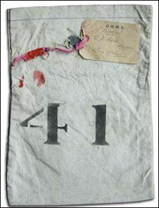 De bezittingen van slachtoffers die een zeemansgraf ontvingen, werden bewaard in genummerde zakken die gelinkt waren aan een beschrijving van het gevonden lichaam.