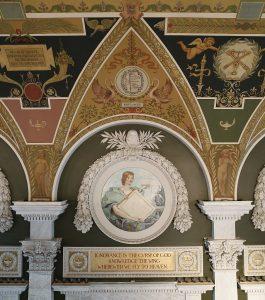 Een deel van de decoratie van de 'Great Hall', met onder andere het drukkersmerk van 'Harper & Brothers' uit New York.