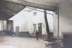 Ingang van het mortuarium van het Sint-Janshospitaal, 1930